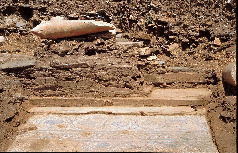 Λεπτομέρεια της κρηπίδας της στοάς ΣΤ, όπου κτίστηκε ο νότιος τοίχος του μονόχωρου ναού (κτήριο Η)