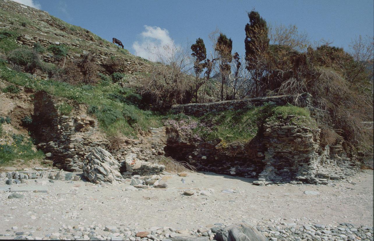 Άποψη των ερειπίων του αρχαίου λουτρού στην παραλία