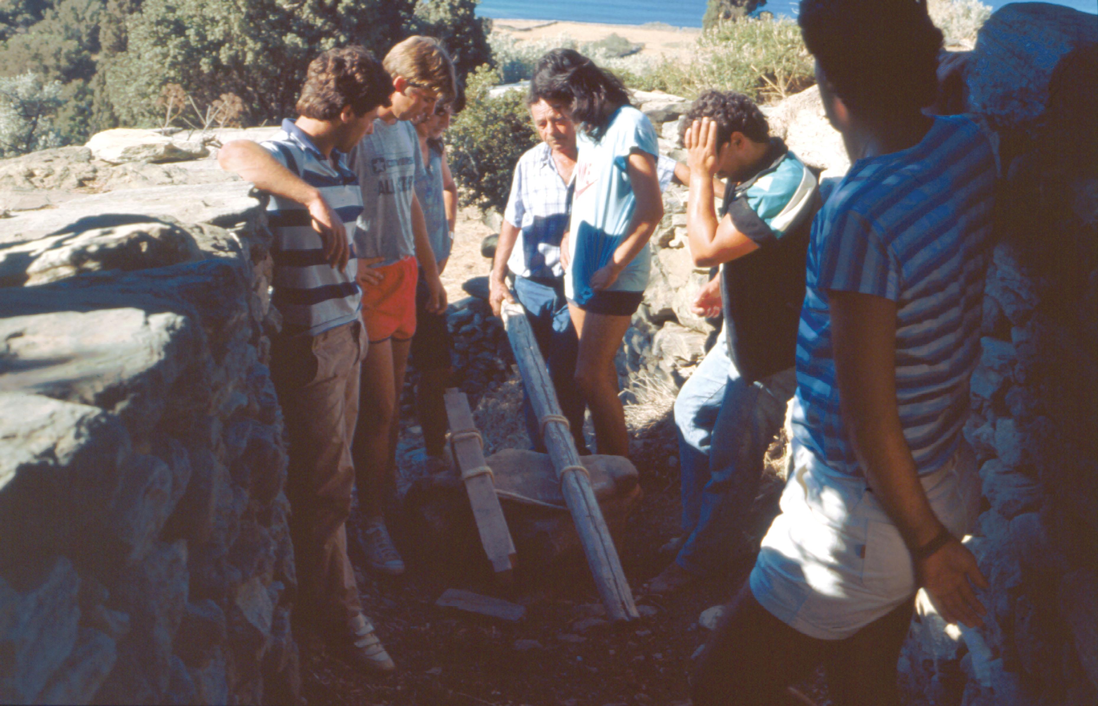 Επιφανειακή έρευνα. Μεταφορά του ακρωτηρίου του ναού του Απόλλωνος, με τον Πήγασο και τον Βελλερεφόν