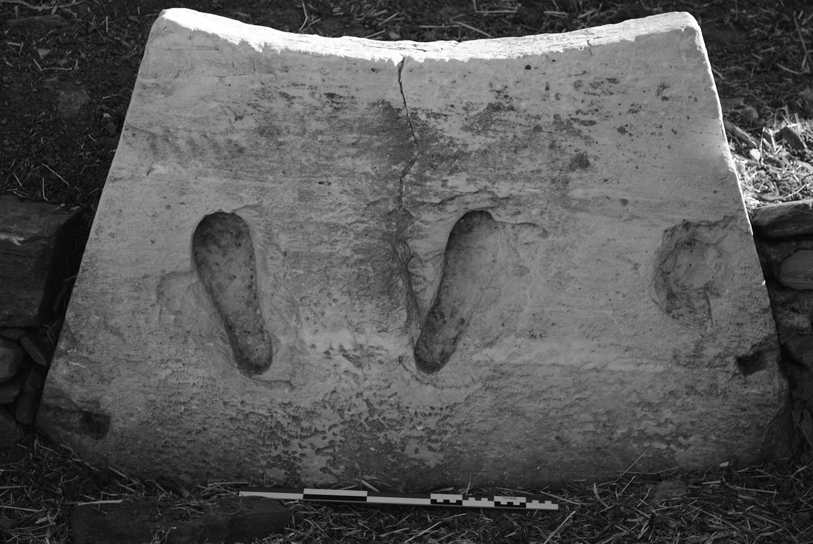 Βάση χάλκινου αγάλματος από ημικυκλική εξέδρα, άνω άνδηρο