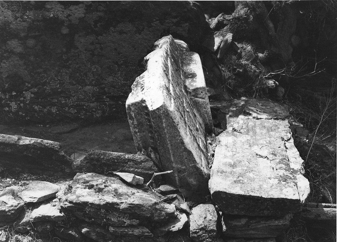 Μαρμάρινο κάλυμμα σαρκοφάγου ενσωματωμένο σε νεώτερη κατασκευή στα Α του λόφου του Τούρλου
