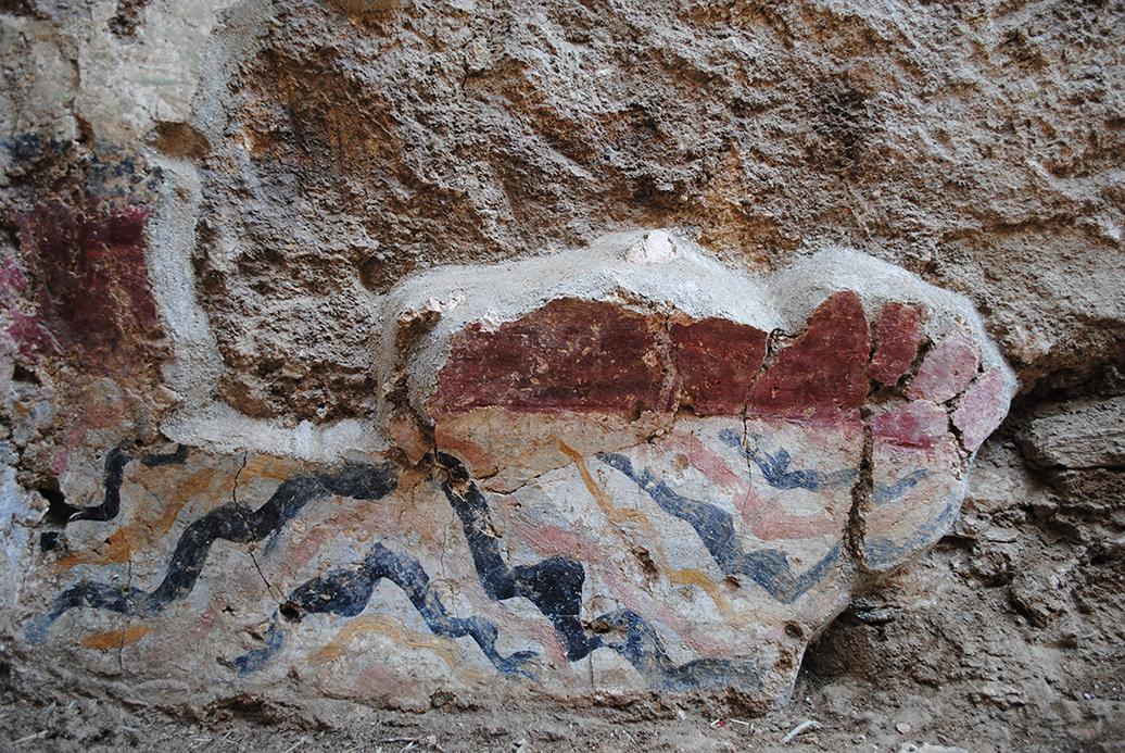 Τοιχογραφία με ζώνη που μιμείται ορθομαρμάρωση στην ορθογώνια κόγχη του βόρειου κλίτους
