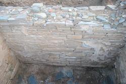 Λεπτομέρεια των επιχρισμάτων στο βόρειο τοίχο της κρήνης στη στοά ΣΤ