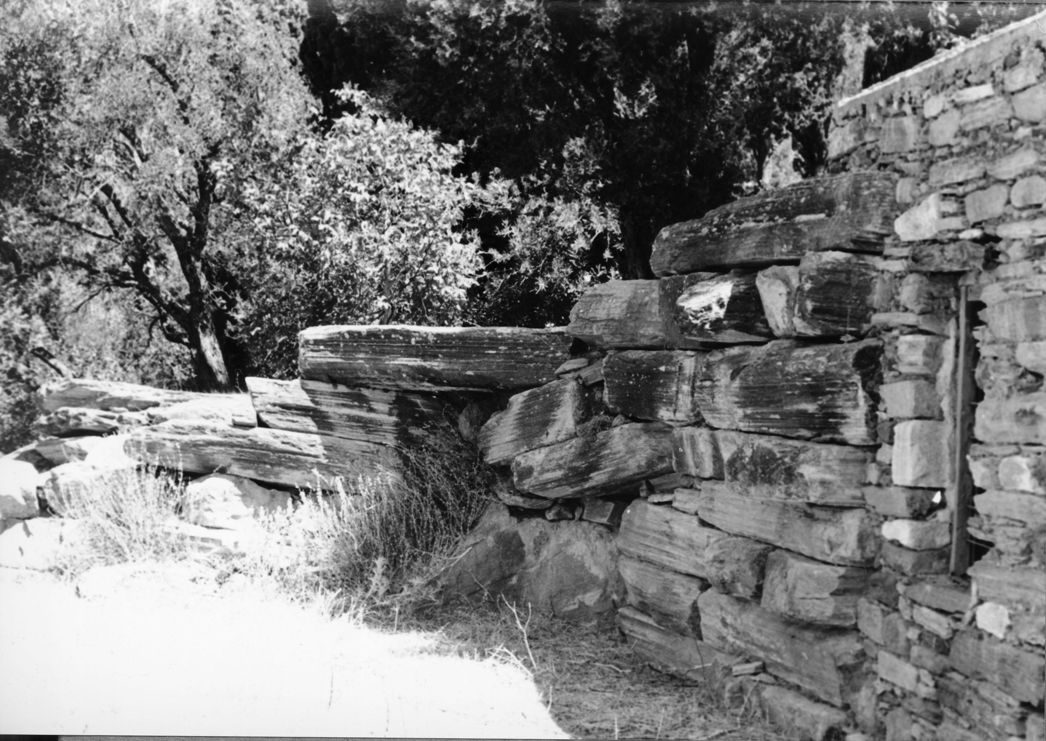 Άποψη των καταλοίπων πύλης στο ανατολικό σκέλος του τείχους