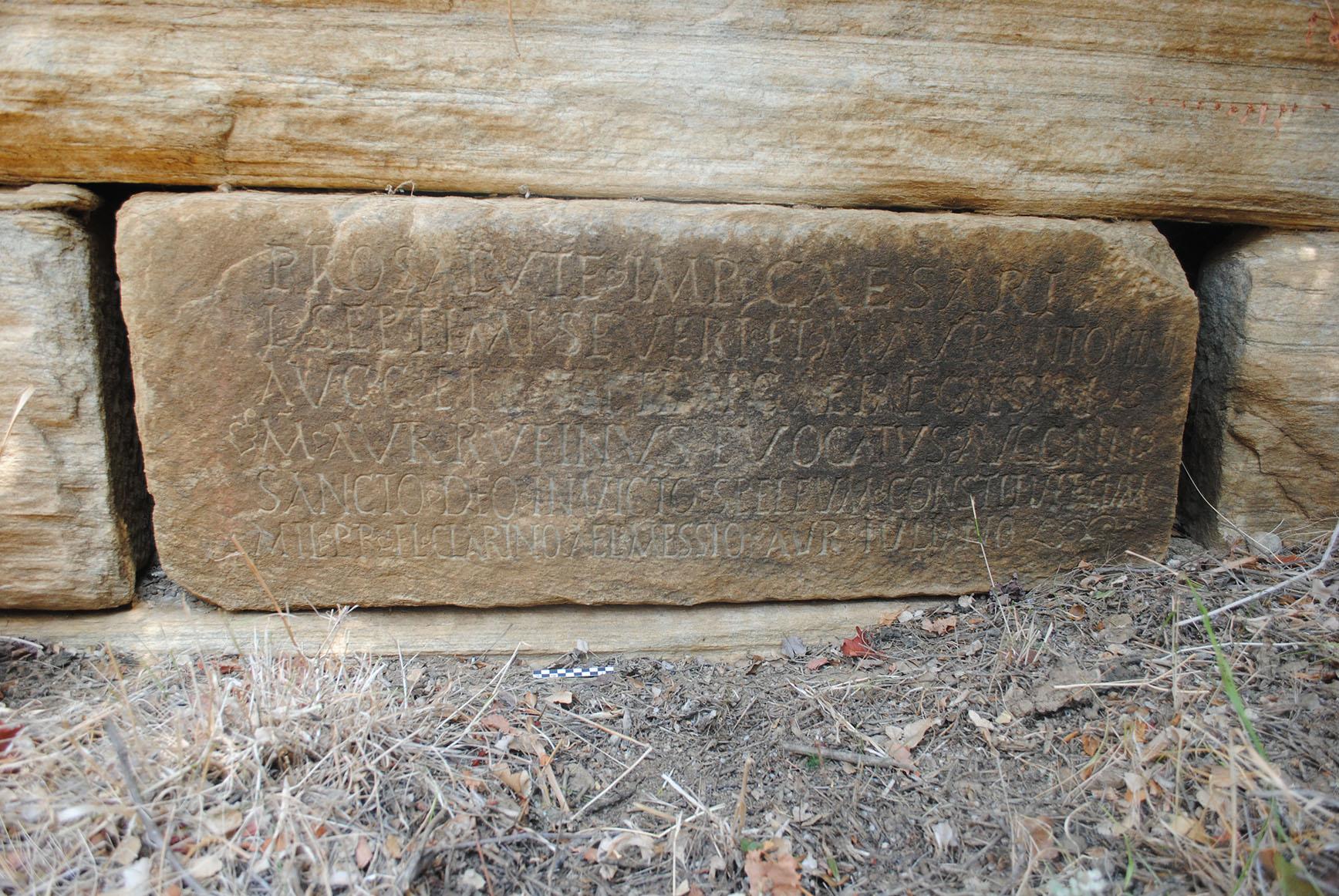 Επιγραφή για ιερό του θεού Μίθρα σε λιθόπλινθο αρχαίου τοίχου