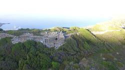 Άποψη της περιοχής της ακρόπολης με τον τετράγωνο πύργο