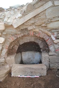 Η μικρή κόγχη-κρήνη του βόρειου κλίτους, που πιθανώς χρησιμοποιήθηκε ως αγίασμα