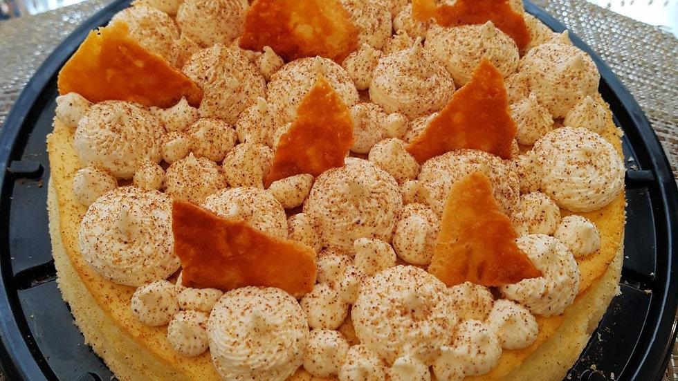 pastel de queso tipo muffin con toques de miel y crocante de queso.