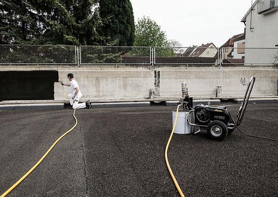 HC 950 E_Au en_Bitumen an Mauer_hart.jpg