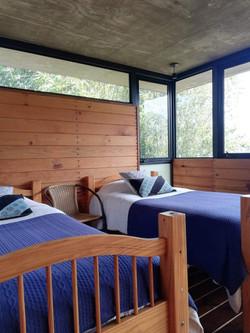 Dos camas individuales en tapanco