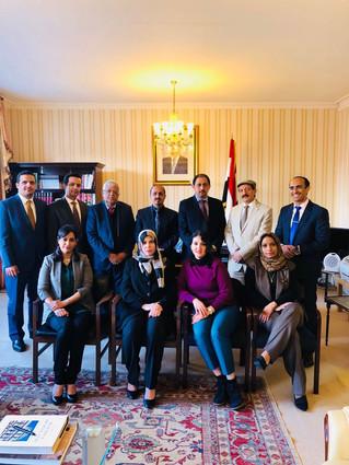 الارياني يزور مقر السفارة اليمنية في لندن ويطلع طاقم السفارة على مستجدات الأوضاع