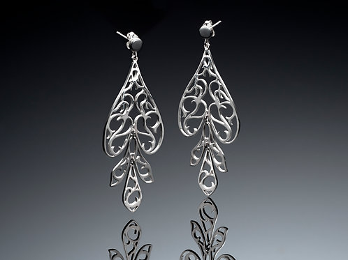 Dangling articulated tear shaped earrings