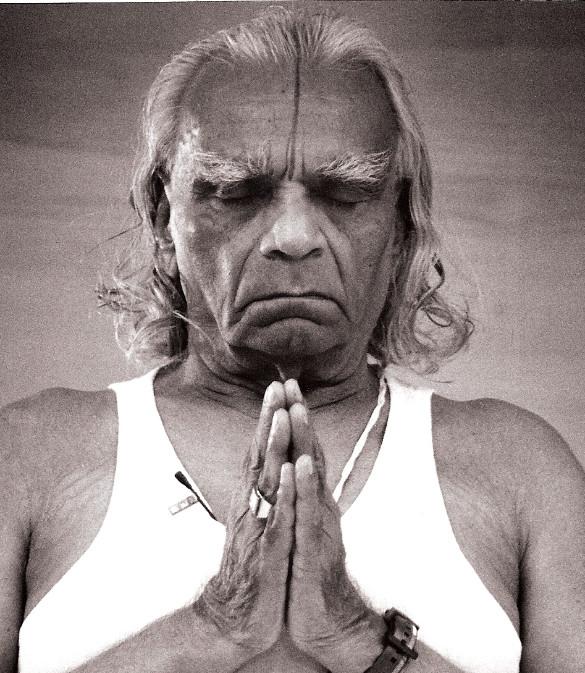 BKS Iyengar récite l'invocation à Patanjali