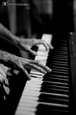 Jose Ruiz tocando el piano