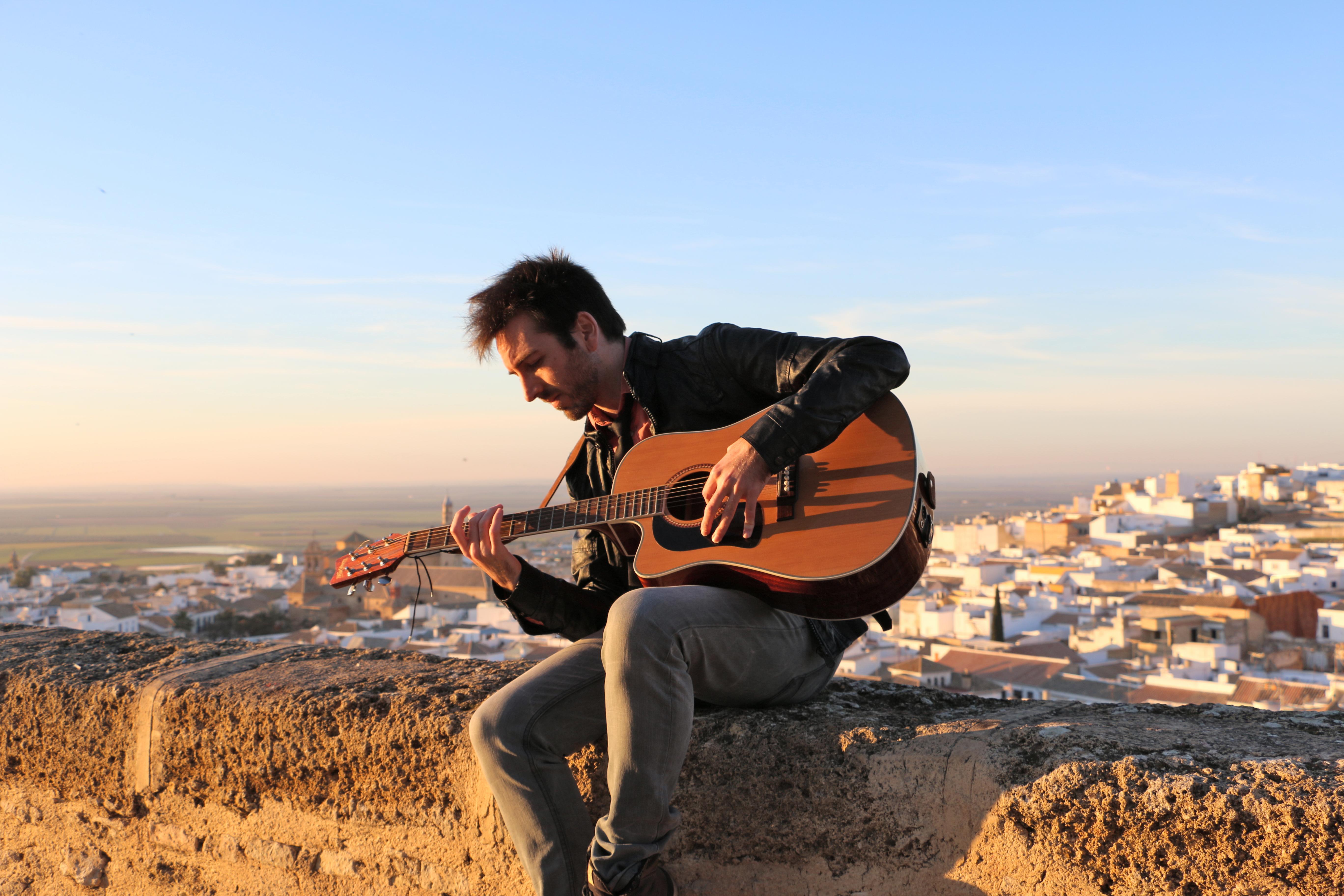 Jose Ruiz tocando la guitarra