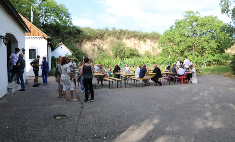 Gäste bei Brot und Wein