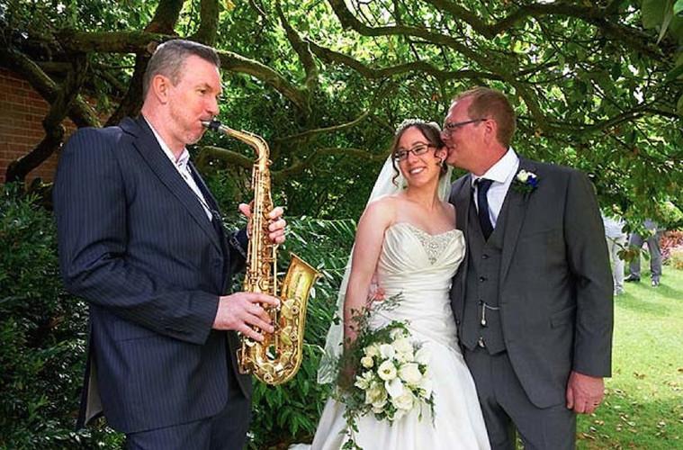 Saxofonista em casamento