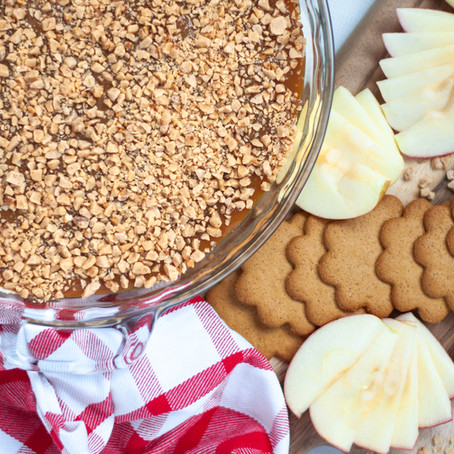 EASY CARAMEL APPLE DIP WITH TOFFEE