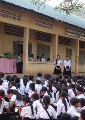 バティ高校で日本訪問の報告をするカンボジア学生(Kon MeyrongさんとTong Sreynochさん)