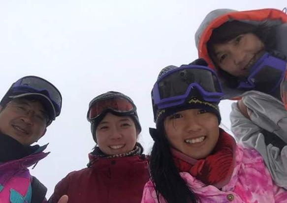 ホストファミリーと初めてのスキー場体験をするカンボジア学生(中央Sin Sreynethさん)