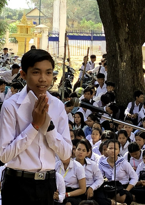 奨学金への感謝のスピーチをするバティ高校生徒代表