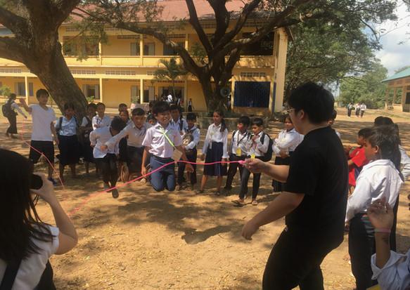 日本の大学生と縄跳びをするバティ高校の生徒たち