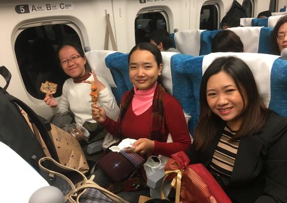 日本を訪問した学生が大阪から東京へ移動中(奥からKon MeyrongさんとTong Sreynochさん手前は理事のSokhom Leangさん)