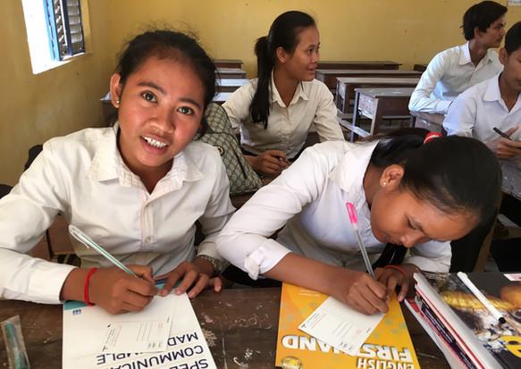 クラウドファンディングで奨学金を提供した人にお礼の手紙を書くバティ高校の生徒