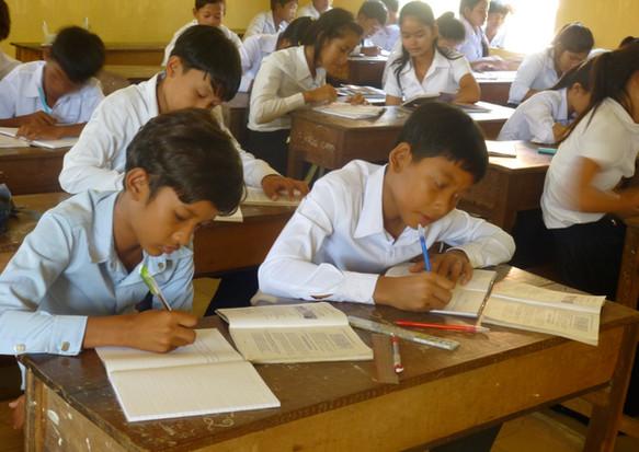 贈呈した英語の教科書で勉強するバティ高校の生徒たち