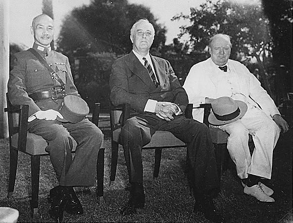 開羅會議期間蔣中正、羅斯福和邱吉爾合照,於1943年11月25日