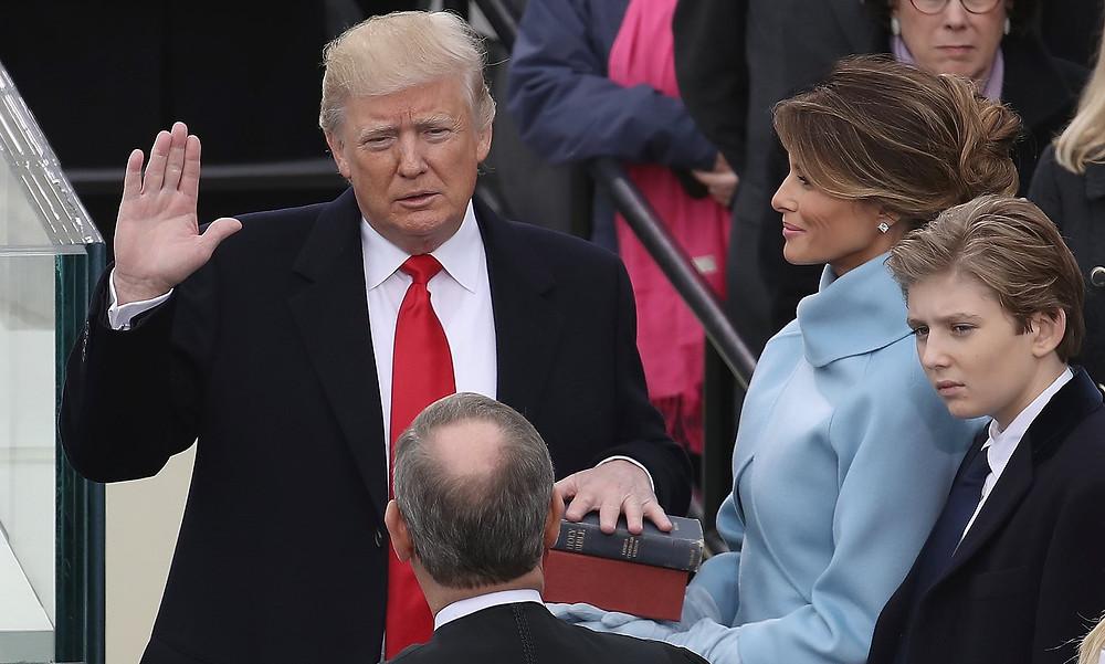 川普在首席大法官的支持下宣誓就职。 (Drew Angerer/Getty Images)
