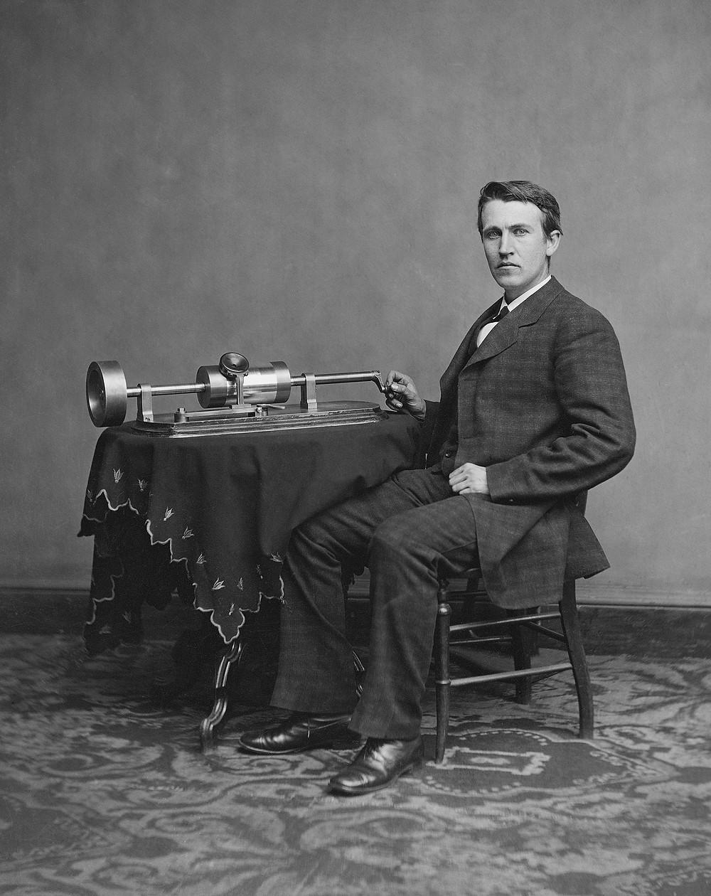 湯瑪斯·愛迪生與他所發明的早期留聲機