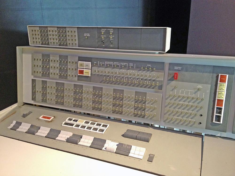 IBM 7090操控台(ArnoldReinhold/Wikipedia)