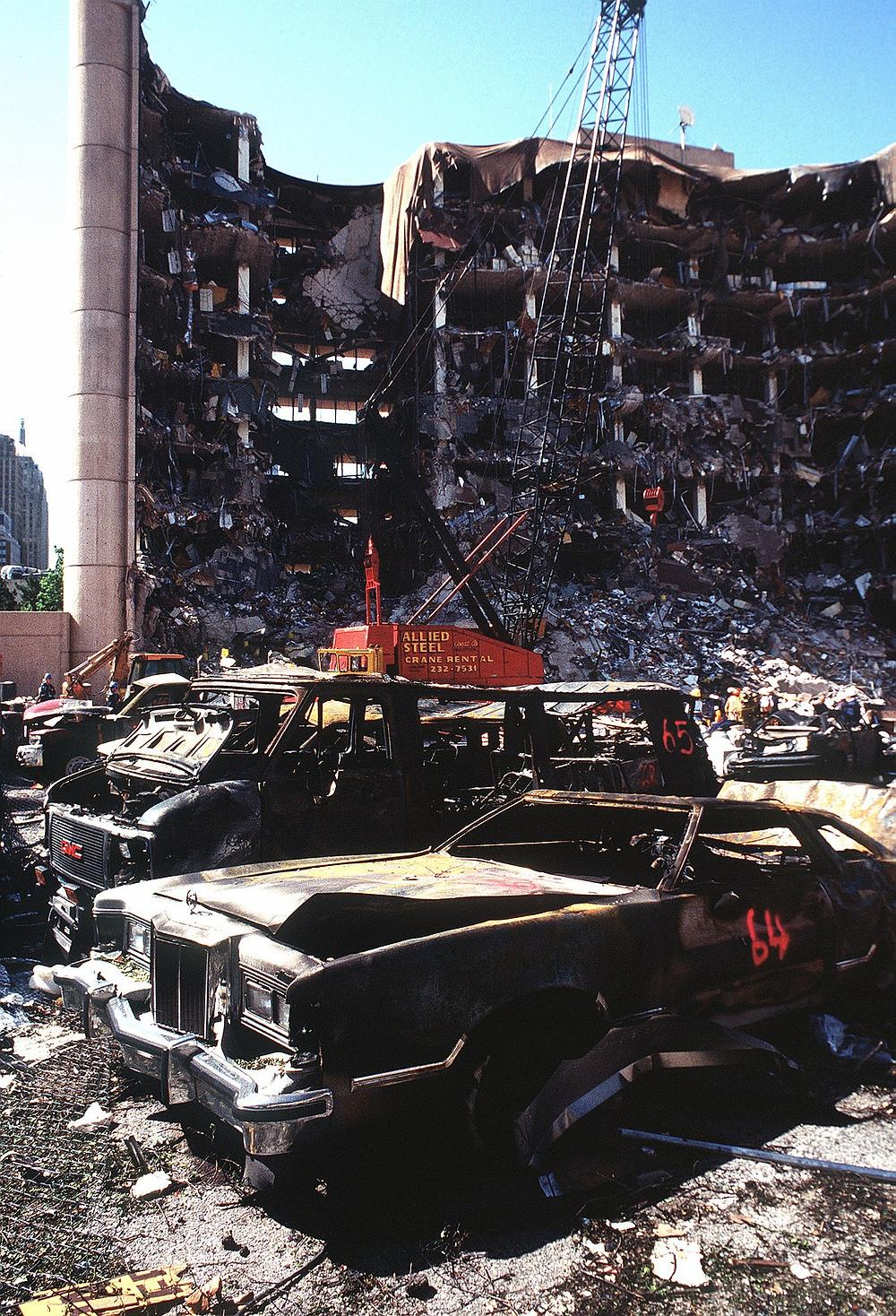 爆炸過去兩天後的艾爾弗雷德·P·默拉聯邦大樓