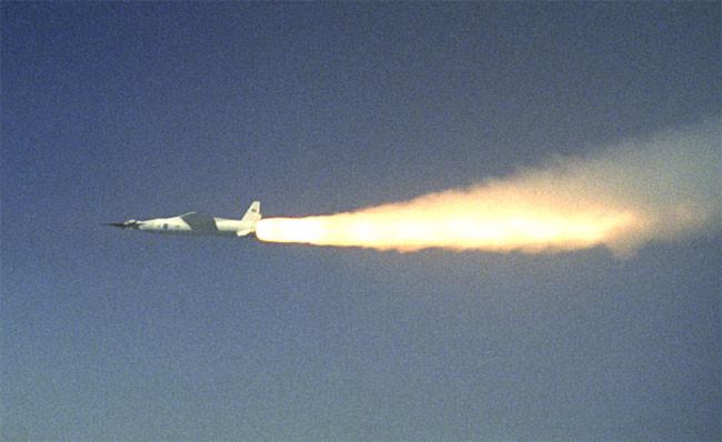 剛點燃了飛馬座火箭,正在加速到超音速的X-43A實驗機