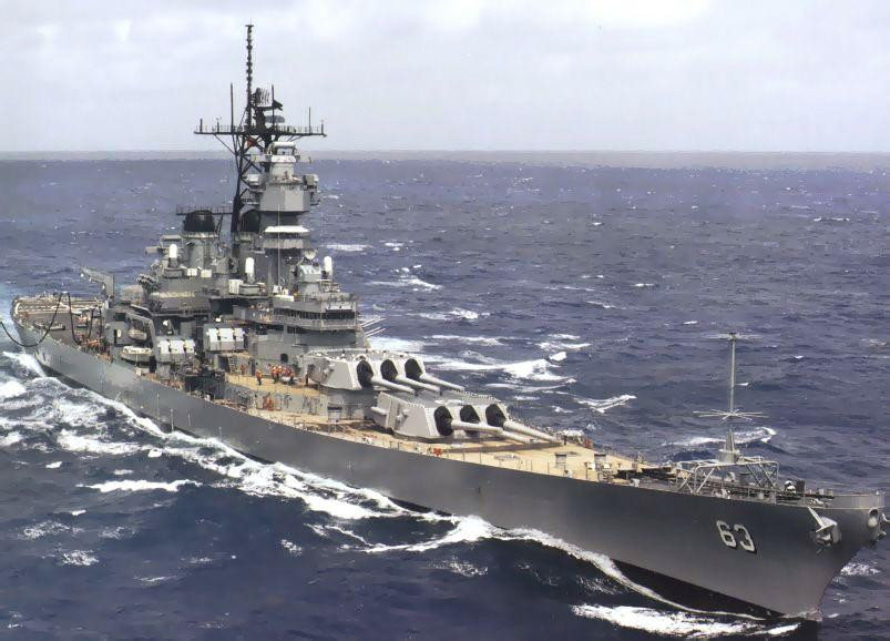 1980年代時已經經過現代化改裝的密蘇里號。艦橋兩側的5吋艦砲已被飛彈發射器取而代之。
