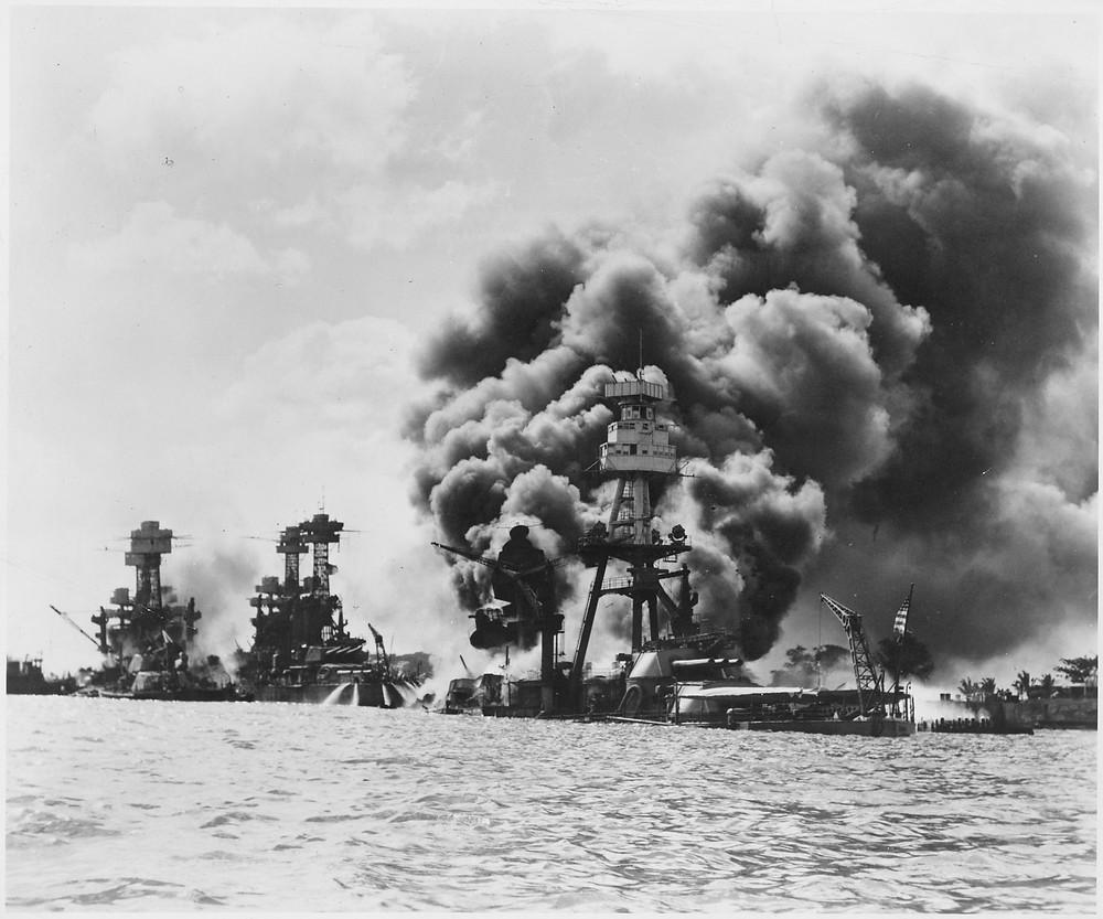 受創的三艘戰艦,由左至右為西維吉尼亞號戰艦、田納西號戰艦、亞利桑那號戰艦