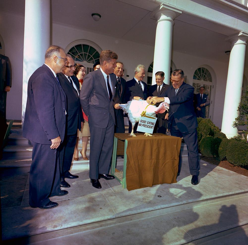 1963年11月19日,肯尼迪在白宮赦免一隻火雞