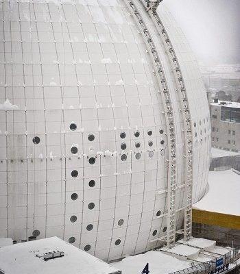 球型觀光電梯以雙軌的方式沿體育館的外牆升至頂端。(法新社)