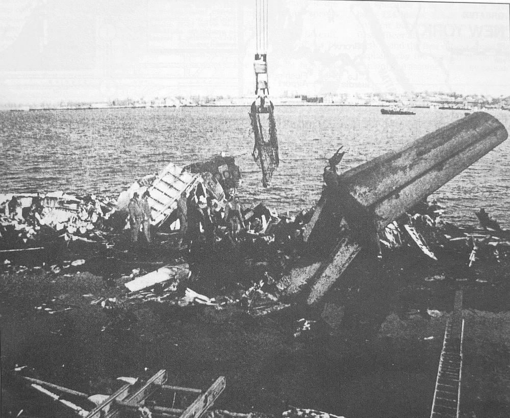 全美航空405號班機的殘骸,倒墜於紐約法拉盛灣
