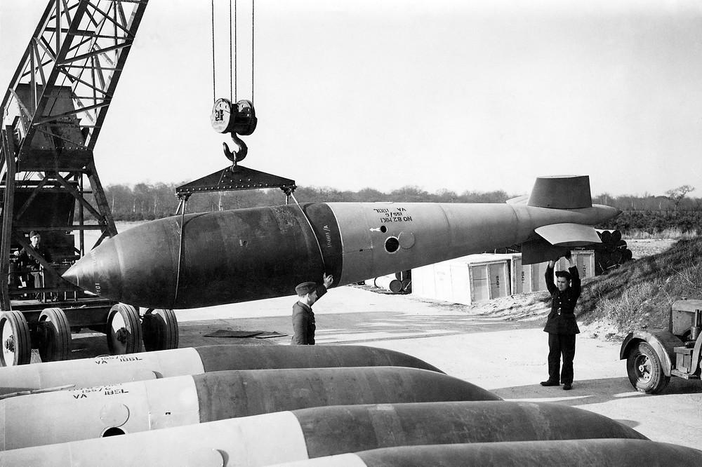 正在伍德霍尔斯帕皇家空军基地吊装的大满贯炸弹