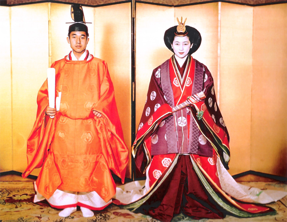 新婚的皇太子明仁夫婦,明仁穿著束帶,新婚妻子穿著十二單