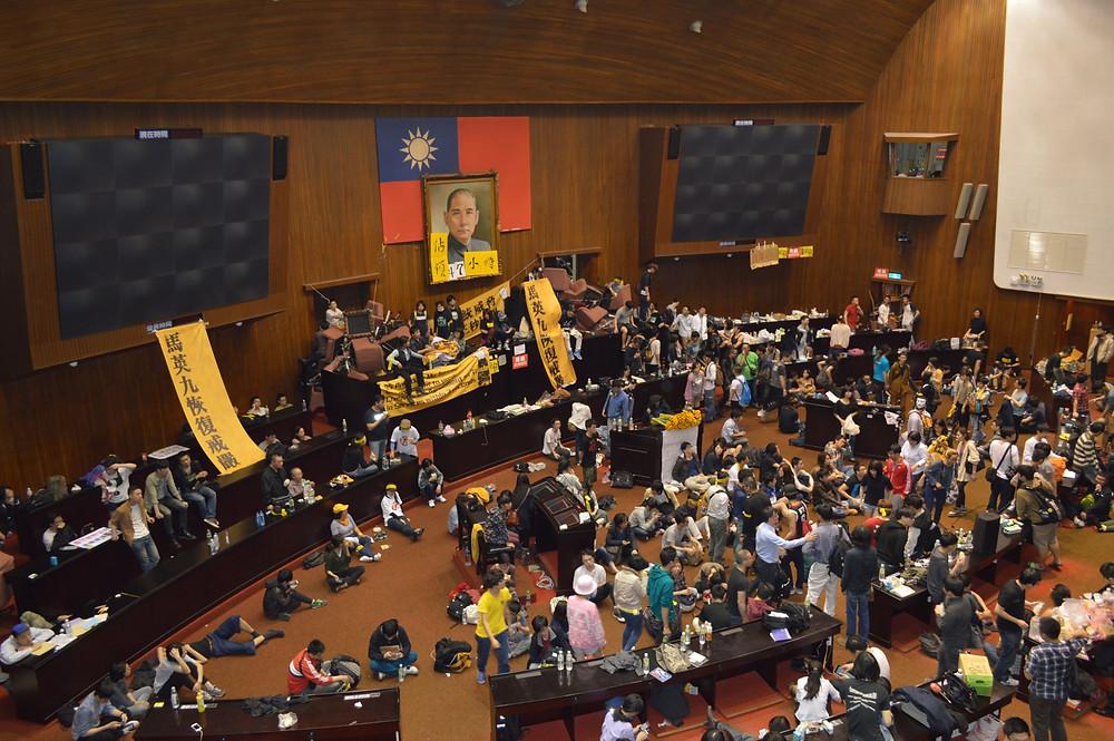 學生佔領立法院議場主席臺