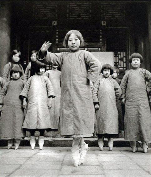 1934年,北京一所戲劇學校的女生,她們正在練習蹺功。