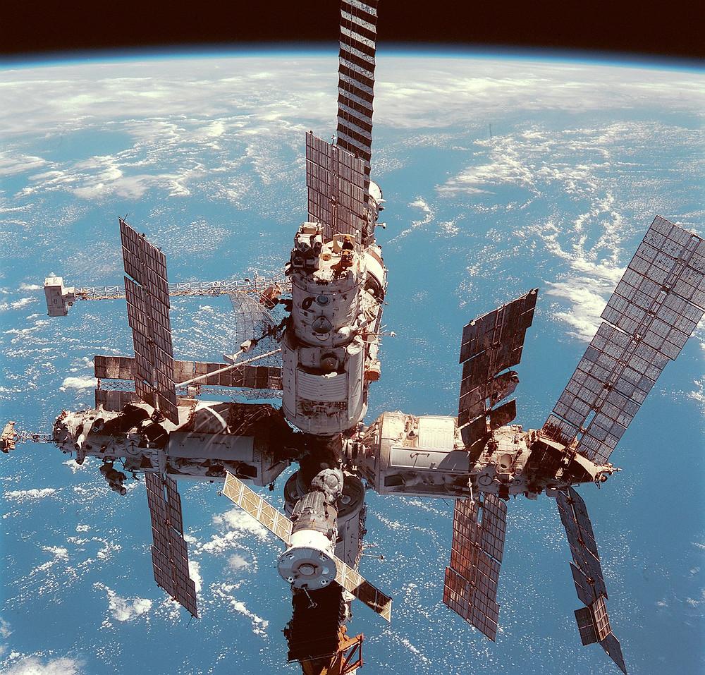 和平號太空站,發現號太空梭攝於1998年6月12日
