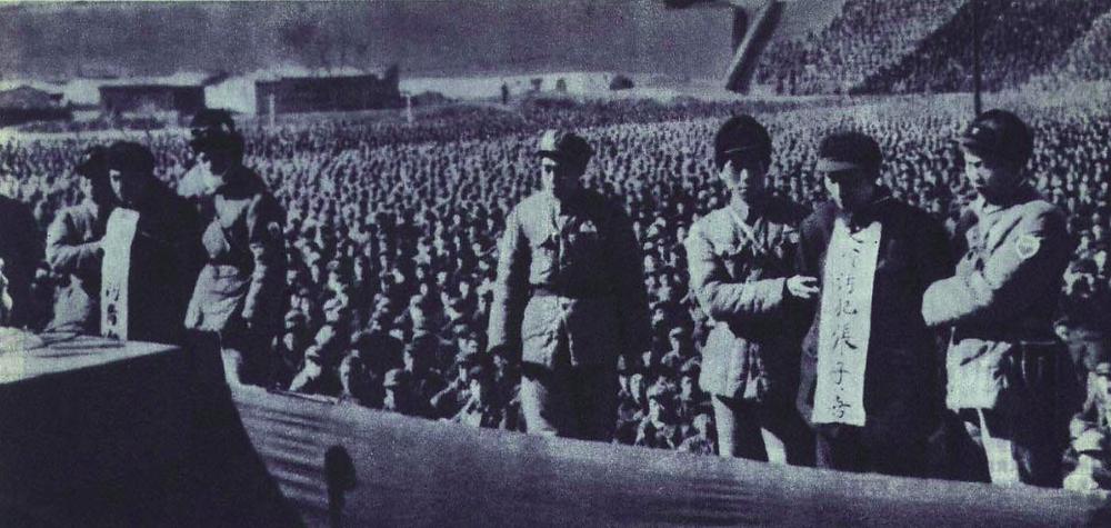 1952年2月10日劉青山(左面掛牌者)和張子善(右面掛牌者)在保定人民體育場公審