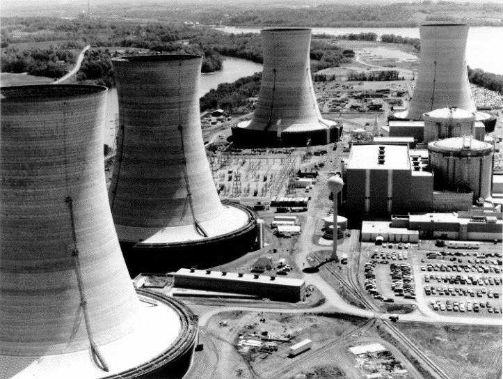 三里島核電廠,右方是兩個反應爐的圓柱體保護殼,四座高聳的建築物為冷卻塔。