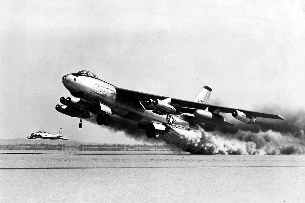 正在測試火箭助推起飛系統的波音B-47E
