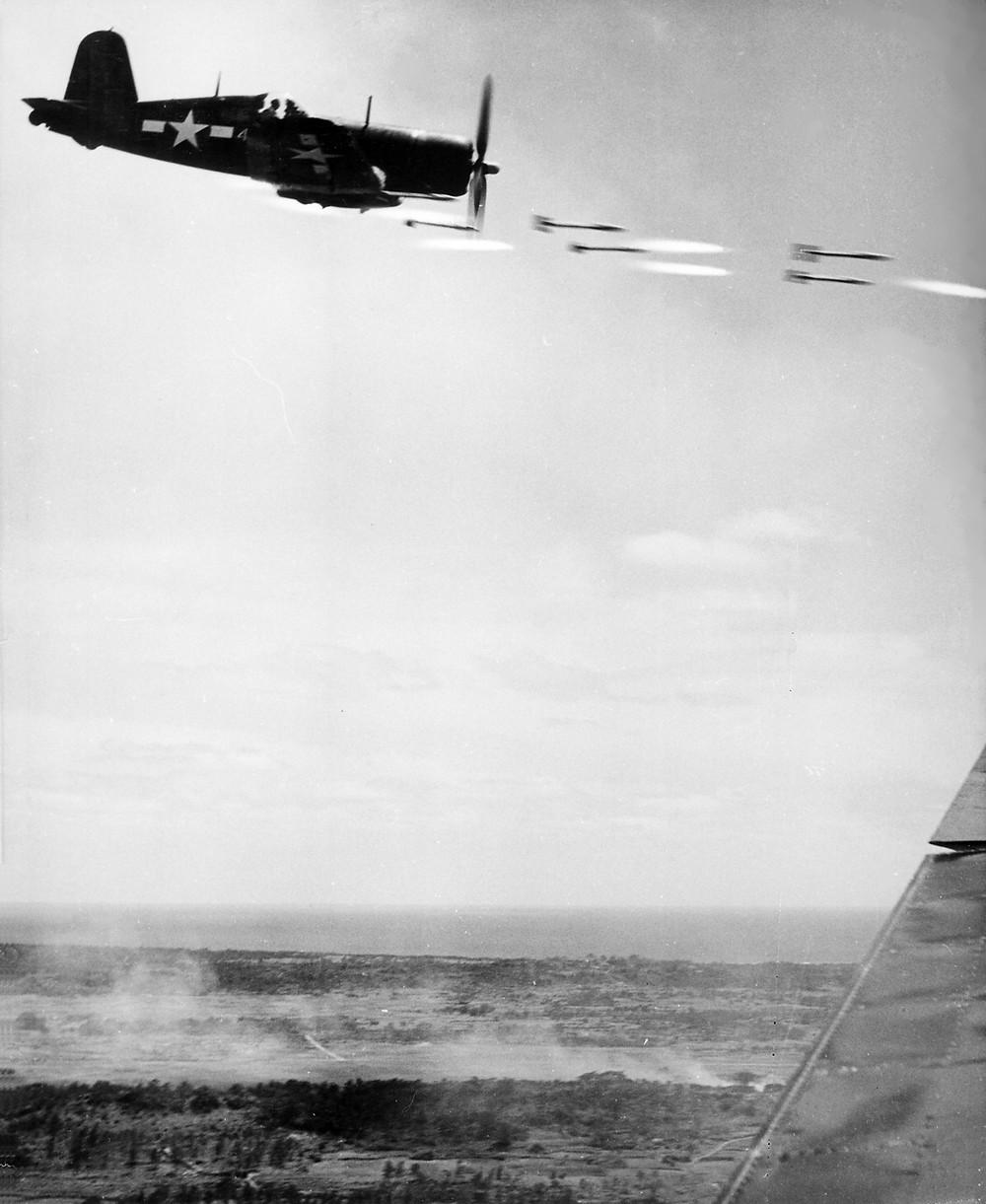 一架美國海軍F4U海盜式戰鬥機發射空對地火箭以支援沖繩島上的軍隊
