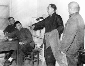 侯寶林(右二)和馬季等演出
